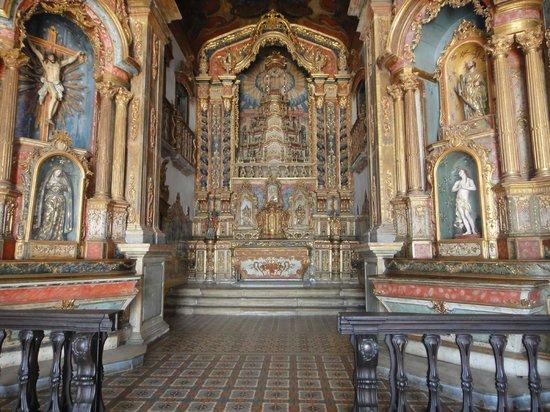 Penedo, AL: Altar com detalhes dourados
