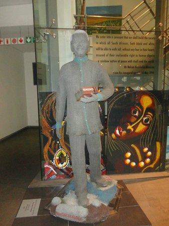 Mandela Rhodes Place Hotel: Escultura do Mandela