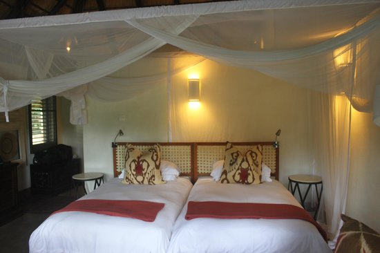 Mfuwe Lodge - The Bushcamp Company: Bedroom - Rhino Chalet