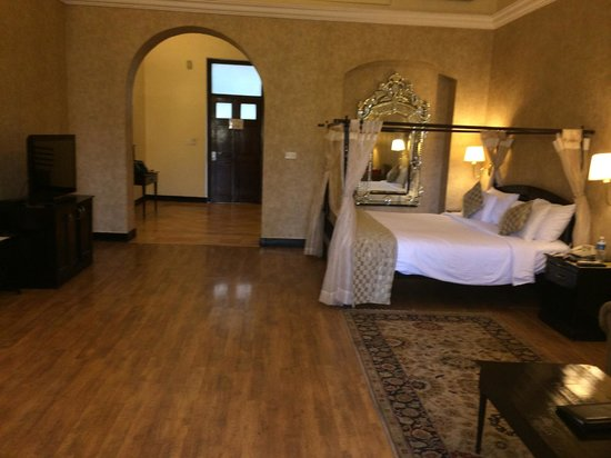 Royal Orchid Metropole Hotel: Maharaja Suite, doors lead to outside open-air corridor