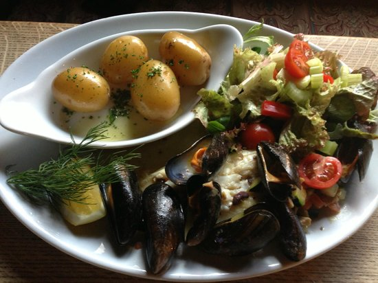 The George Inn: Plaice with Mussels and salad
