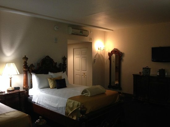 Floridan Palace Hotel: Room towards bathroom and entry