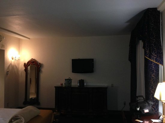 Floridan Palace Hotel: TV and dresser, mini-fridge is in middle of the dresser, hiding.