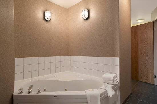 Days Inn Prince Albert: Suite with jetted tub