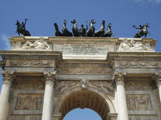 Arco della Pace: Cavalos no topo do arco