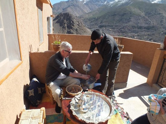 Imlil Authentic Toubkal Lodge : Welcoming guests