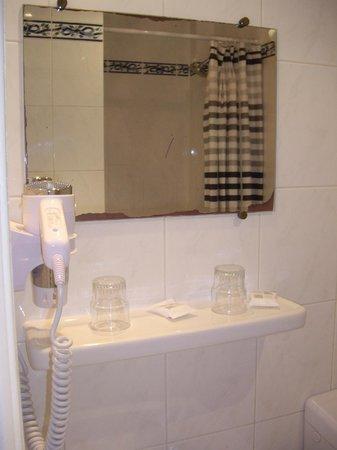 Hotel du Mont Blanc: 2-х местный: Умывальник с зеркалом и ВЕСЬ набор туал.принадлежностей
