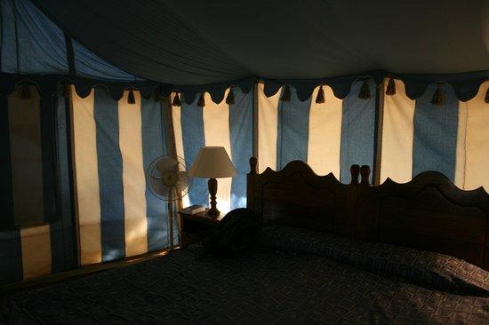 The Beach at Mandavi Palace: Interior de la tienda y cama