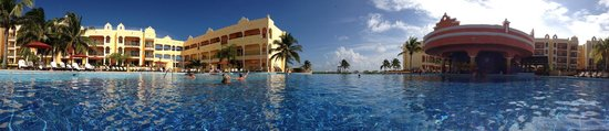 The Royal Haciendas All Suites Resort & Spa: Panorama view from the pool