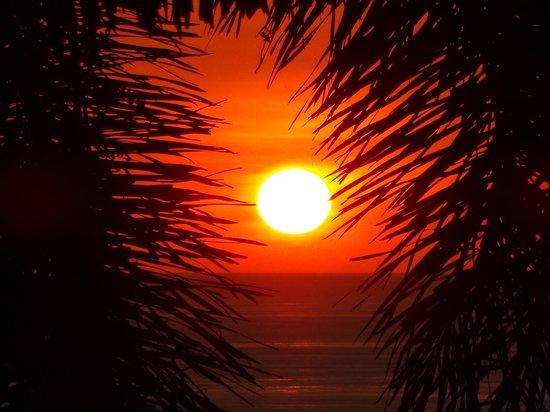 Hotel Vista de Olas : Sunset from the pool/dining area