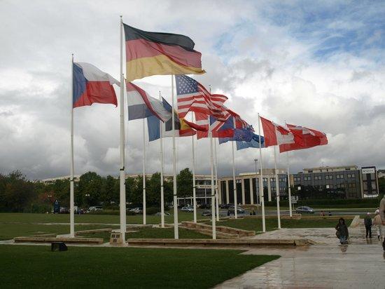 Mémorial de Caen : Flags
