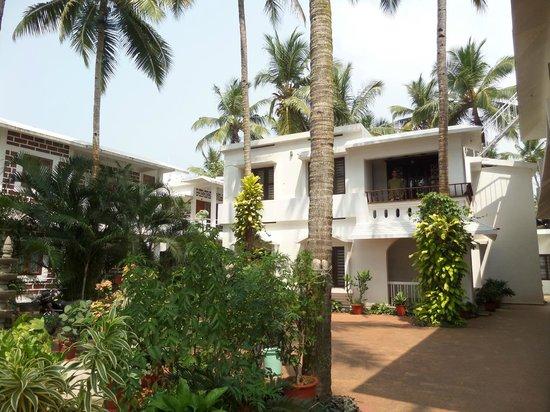 Hill View Beach Resort: Hotel grounds - room 9 upstairs