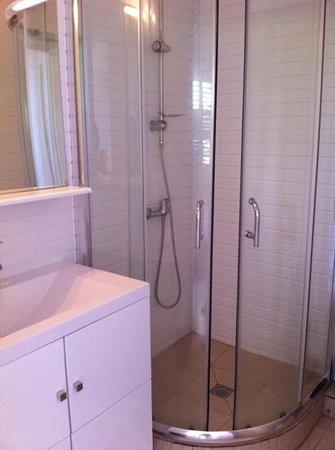 Hotel Le Manguier: salle de douche impeccable