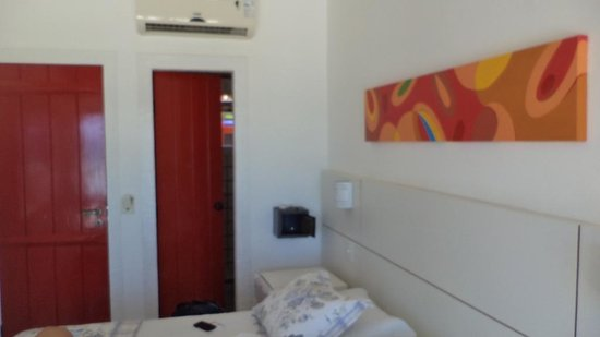 Chez Pitu Praia Hotel: La puerta del baño y la caja fuerte