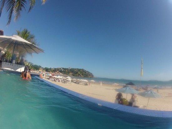 Chez Pitu Praia Hotel: Vista de la pileta frente al mar