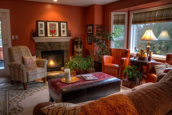 Seasons Above the Bay Guest Suites and B&B: Living room area for rainy day relaxing.