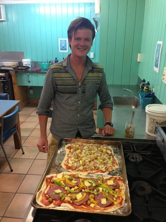 Pacific Coast Lodge and Backpackers : Florian and his home-made Pizza