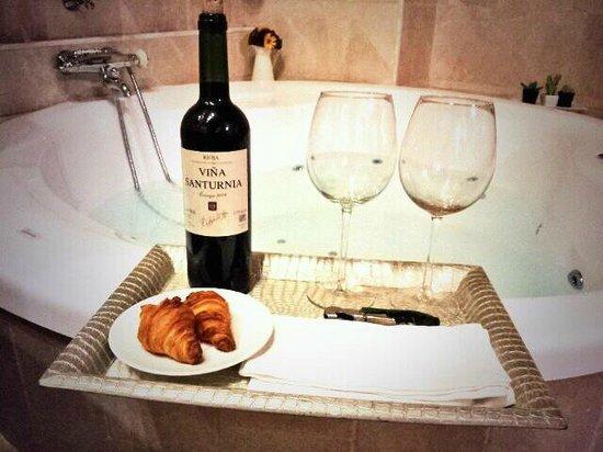 Hospederia Palacio de Casafuerte : Suite, habitación con jacuzzi y botella de Rioja con dos copas, detalle de la casa