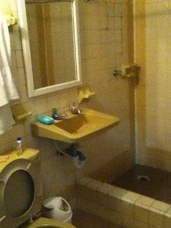 Virrey Inn: Bathroom