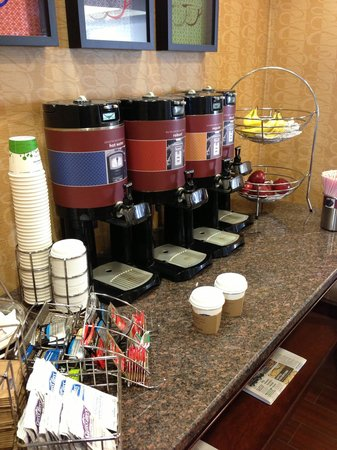 Hampton Inn Quakertown: All day coffee, tea, hot chocolate and fruit.