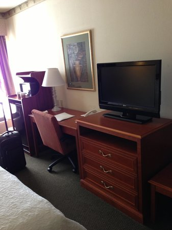 Hampton Inn Quakertown: TV and work area. With fridg and microwave.