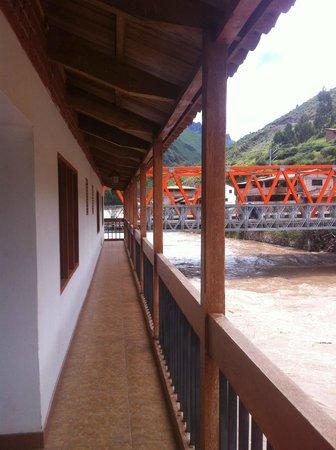 Hospedaje Chaska Pisac : Urubamba river and the bridge from the balcony.