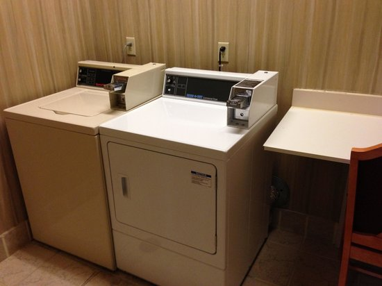 Hampton Inn Quakertown: Laundry room.