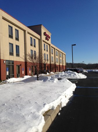 Hampton Inn Quakertown: Outside hotel. Lots of snow, but the lot was clean.