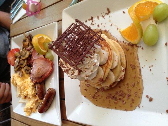 Cupz 'N' Crepes: Big breakfast and banana pancakes