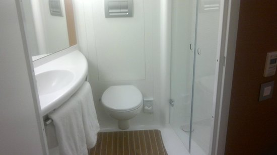 Ibis Styles London Southwark Rose: Bathroom unit in room 206