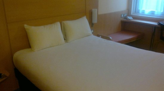 Ibis Styles London Southwark Rose: Bed in 206 towards window