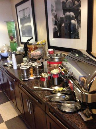 Hampton Inn Quakertown: Breakfast buffet.