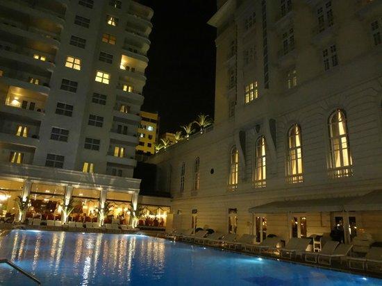 Belmond Copacabana Palace : Area da piscina e restaurante a noite