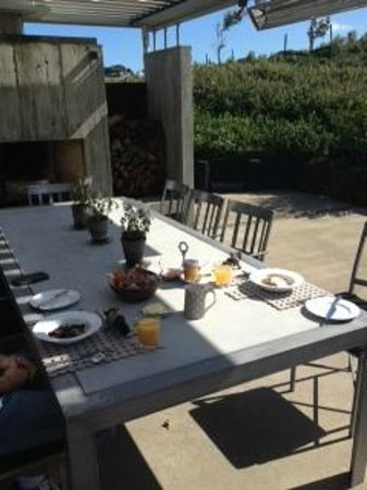Hei Matau Lodge: Breakfast al fresco