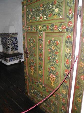 Château de Bran : Двери расписаны растительным орнаментом