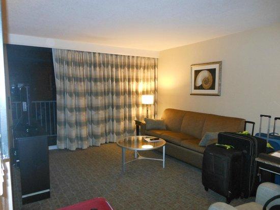 Radisson Suite Hotel Oceanfront: Sala, o sofá vira cama