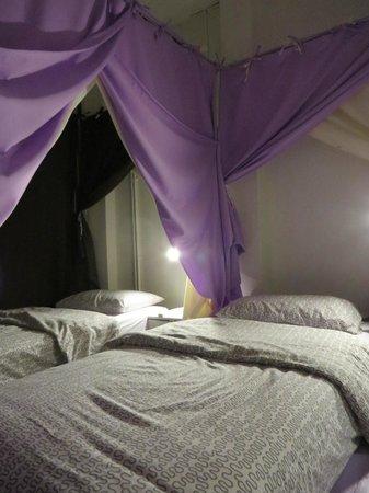 Queen's Hostel : Canopy bed 3