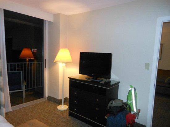 Radisson Suite Hotel Oceanfront: Quarto com TV