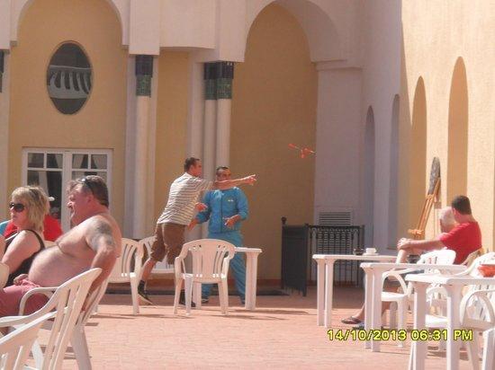 Medina Belisaire & Thalasso: Darts