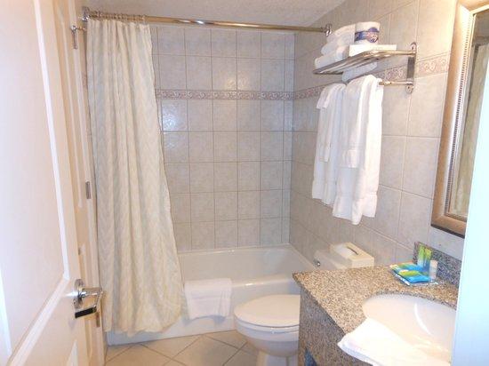 Radisson Suite Hotel Oceanfront: Banheiro