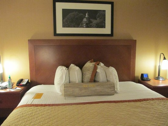 Wyndham Boston Chelsea: Wonderful kind size bed well appointed with great pillows!