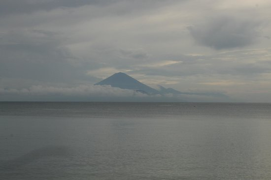 Kila Senggigi Beach Lombok: View of a Bali volcano from the Basilico Bar
