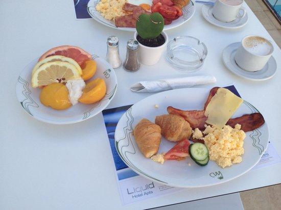 Liquid Hotel Apartments : Наш завтрак возле бассейна)