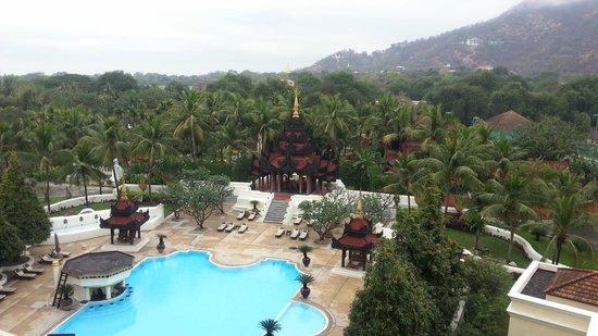 Mandalay Hill Resort: Swimming pool and Mandalay Hill