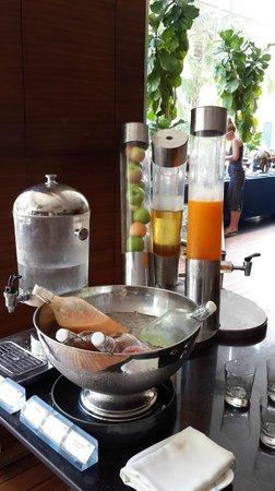 Hotel Baraquda Pattaya - MGallery by Sofitel: 早餐饮料区