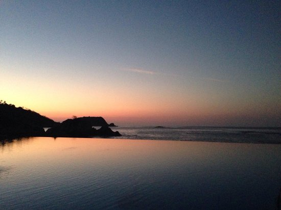 Dreams Huatulco Resort & Spa: Sunset over the infinity pool