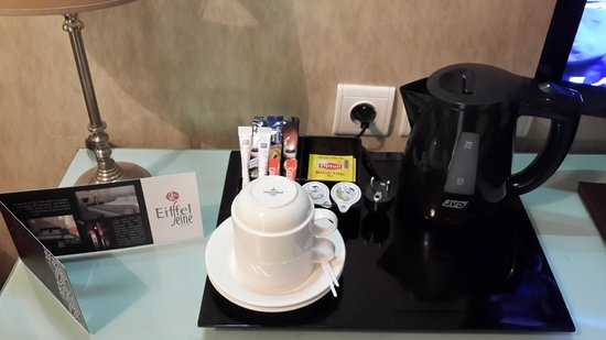 Hotel Eiffel Seine : tea and coffee facility