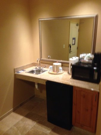 Hampton Inn & Suites Billings West I-90: Wet bar microwave mini refrigerator