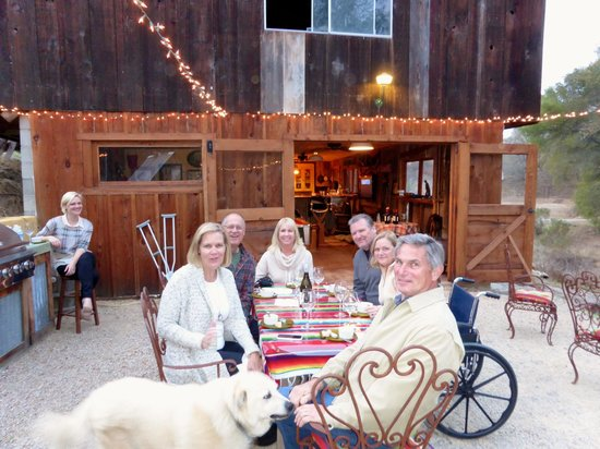 Chanticleer Vineyard Bed and Breakfast: Fun night sipping wine, eating fun foods and meeting new friends!