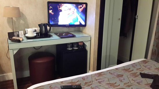 Hotel Eiffel Seine : TV, refrigerator and snack
